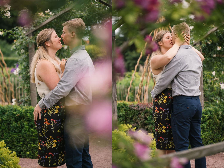 Foto i färg på förälskat par under en provfotografering i Slottsträdgården. Foto: Tove Lundquist, bröllopsfotograf i Malmö.
