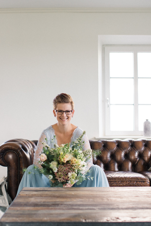 Icke-traditionellt brudporträtt. Brudbukett från Bara Blommor, Malmö. De inriktar sig på ekologiska och närproducerade blommor. Foto: Tove Lundquist, bröllopsfotograf Skåne. Kläder från SensibleM. Plats är Stallgården, Vellinge.