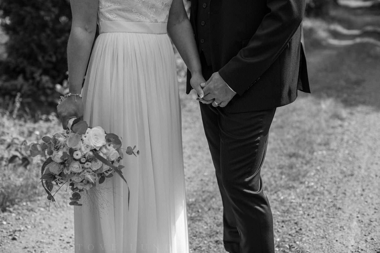 Brudklänning från Sofia Moore, kostym från Dressmann. Smycken från Lily and Rose, brudbukett från Butik Majne, Oskarshamn. Vigselring från Smycka i Kalmar.