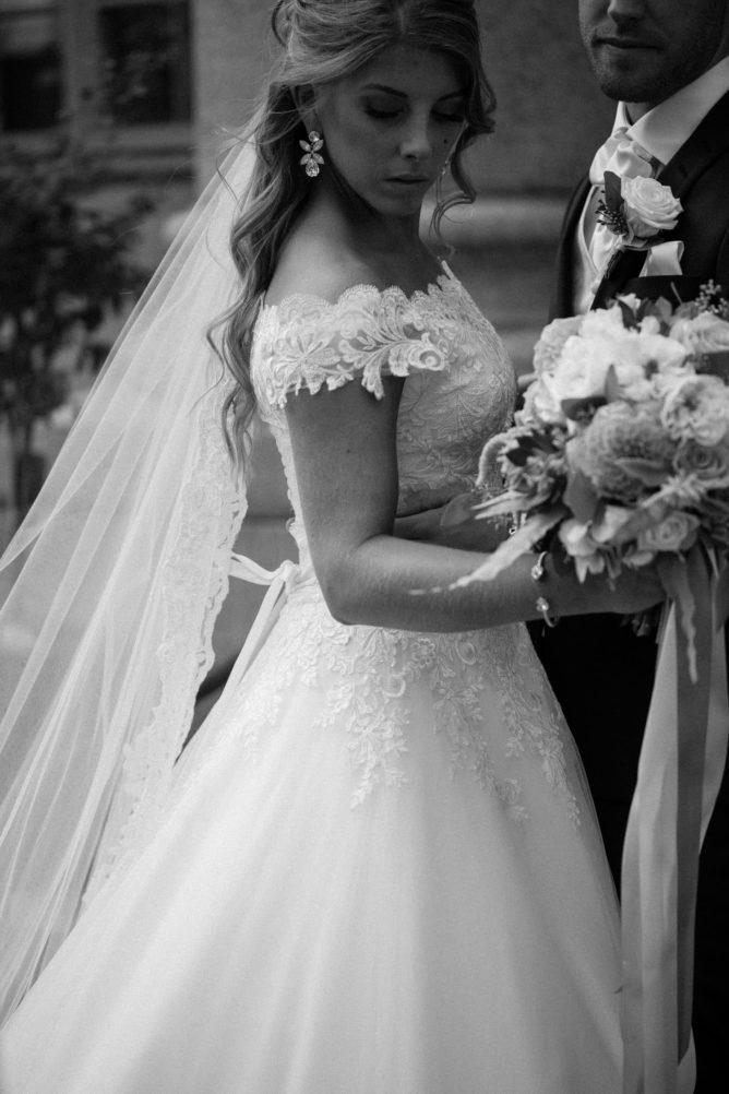 Svartvitt foto på brudpar under bröllopsporträtt på Örenäs Slott i Skåne som är en populär bröllopslokal. Fotograf: Tove Lundquist, bröllopsfotograf i Malmö. Brudbuketten kommer från Gouteva, brudklänning från Diane Legrand.