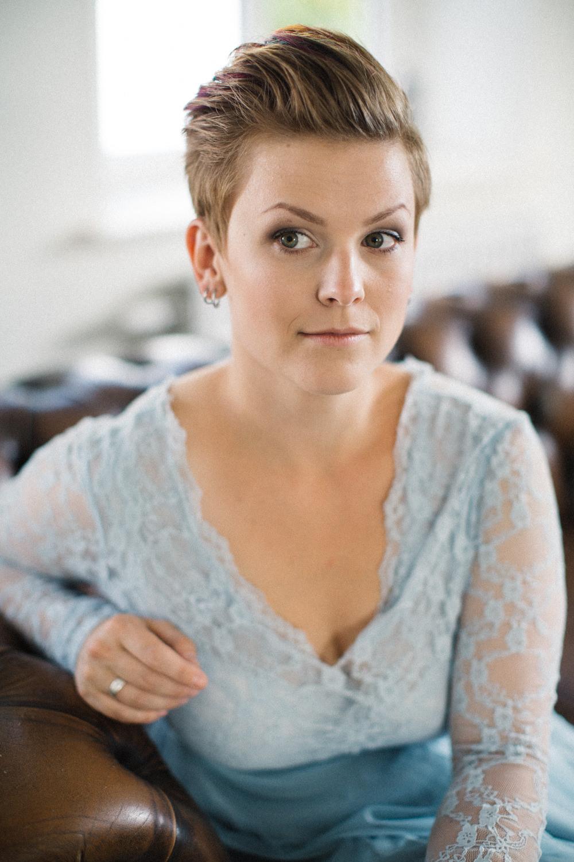 Icke-traditionellt brudporträtt, klänningen kommer från SensibleM. Foto: Tove Lundquist, bröllopsfotograf Skåne.