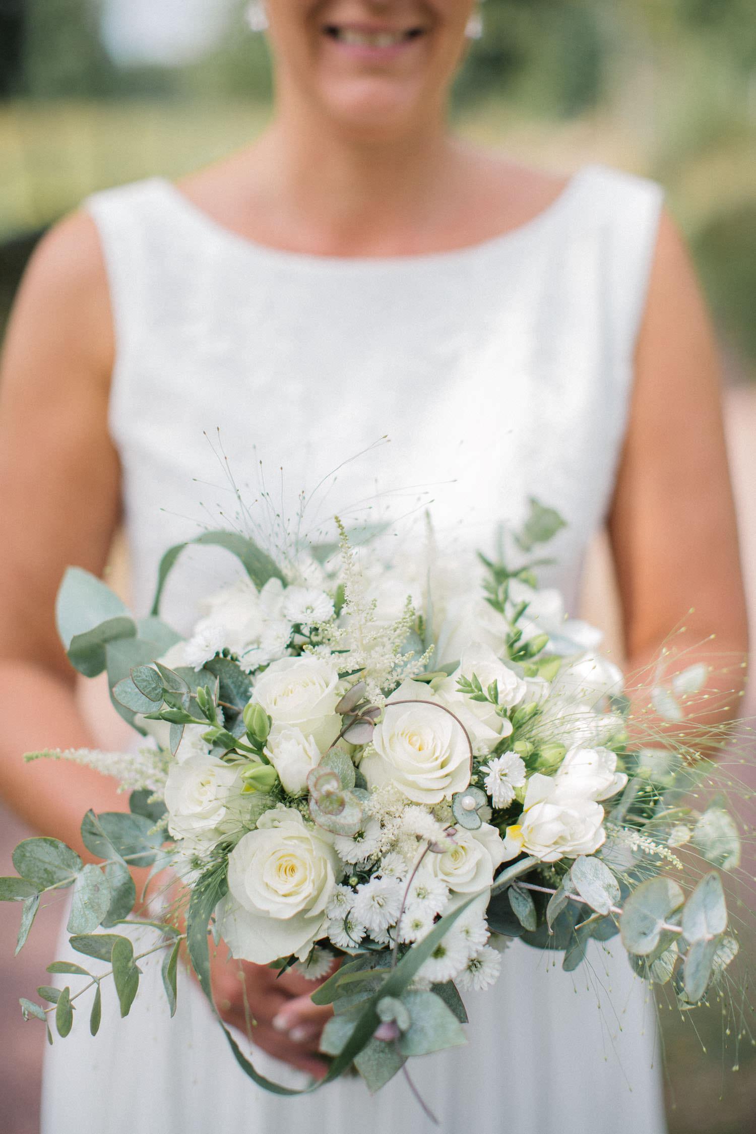 Brudklänning från Sofia Moore, brudbukett från Butik Majne, Oskarshamn. Bröllop i Mönsterås, fotograf är Tove Lundquist.