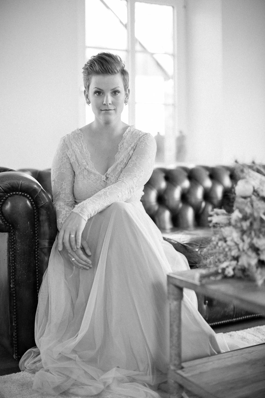 Svartvitt icke-traditionellt brudporträtt, klänningen kommer från SensibleM. Fotograferingen skedde på Stallgården Vellinge bröllop. Foto: Tove Lundquist, bröllopsfotograf i Skåne.