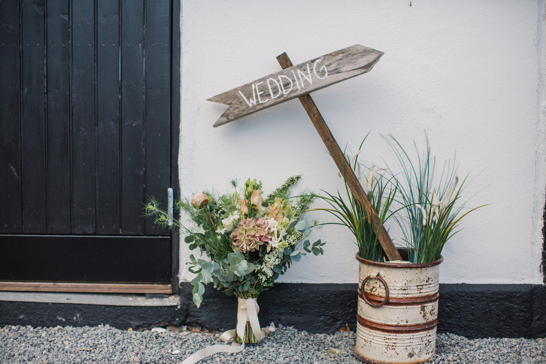 Brudbukett från Bara Blommor, Malmö. De inriktar sig på ekologiska och närproducerade blommor. Foto: Tove Lundquist, bröllopsfotograf i Skåne. Lokal är Stallgården Fuglie, Vellinge.
