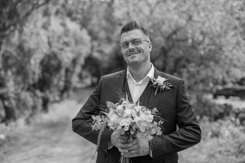 Bröllopsporträtt på busig brudgum, Mönsterås. Kläderna kommer från Dressmann.