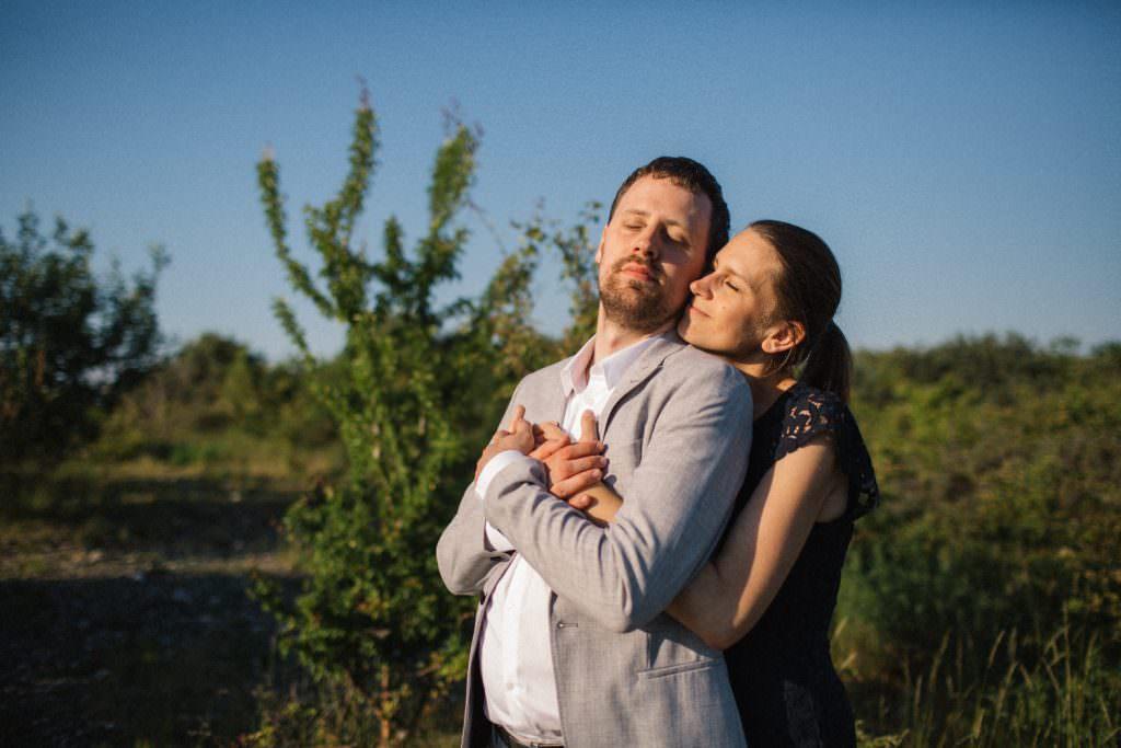 Bild i färg på ett klärleksfullt par under deras provfotografering inför bröllopet tillsammans med Fotograf Tove Lundquist.