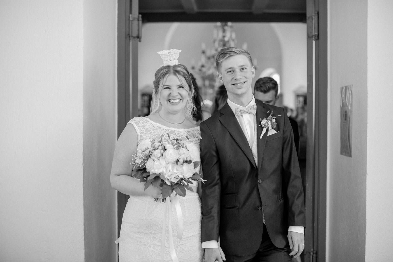 Brudpar under utgången under ett bröllop i Östra Torps kyrka, Smygehamn. Foto: Tove Lundquist, bröllopsfotograf Smygehamn.