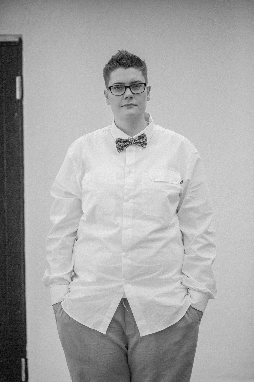 Svartvitt porträtt av brud. Fluga från Metzerverket. Foto: Tove Lundquist, bröllopsfotograf i Skåne.