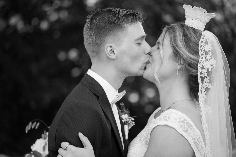 Första kyssen som maka och make! Foto: Tove Lundquist, bröllopsfotograf Smygehamn.