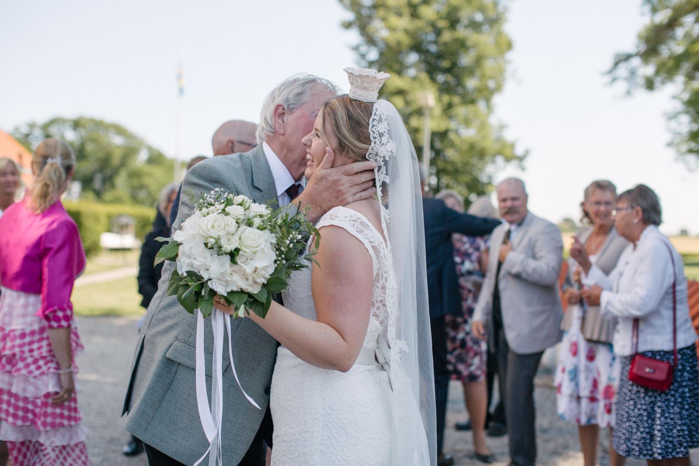 Mingel utanför kyrkan. Foto: Tove Lundquist, bröllopsfotograf Smygehamn.