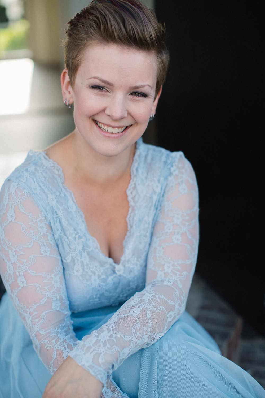 Brudporträtt, brud har tvådelad brudkläder i blått från SensibleM. Foto: Tove Lundquist, bröllopsfotograf Skåne.