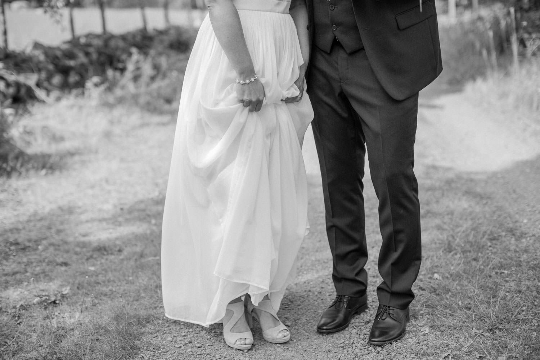 Brudklänning från Sofia Moore, kostym från Dressmann. Brudgums skor från Din Sko, brud skor från Zalando.Smycken från Lily and Rose.