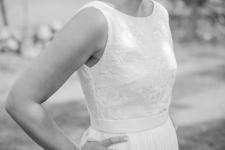 Svartvitt fotografi på brud iklädd bröllopsklänning från Sofia Moore.