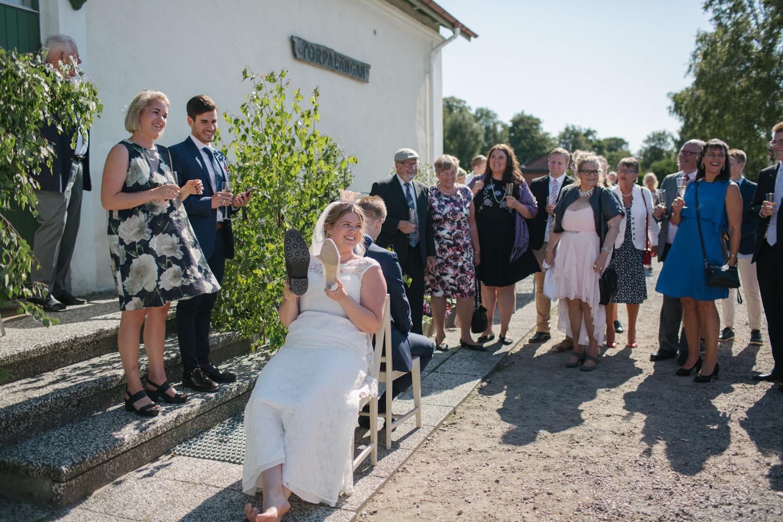 Brudpar leker under ett bröllop i Torpalängan, Smygehamn. Foto: Tove Lundquist.