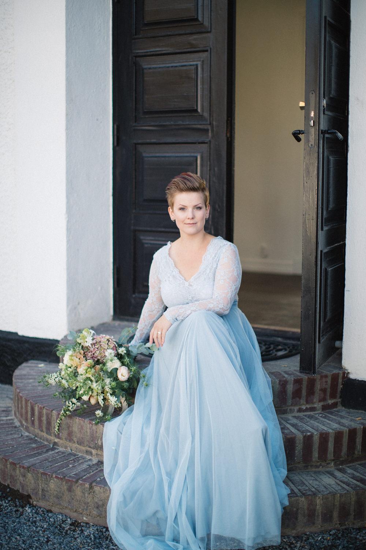 Brudporträtt, brud har tvådelad brudkläder i blått från SensibleM. Brudbukett från Bara Blommor i Malmö. Foto: Tove Lundquist, bröllopsfotograf Skåne.