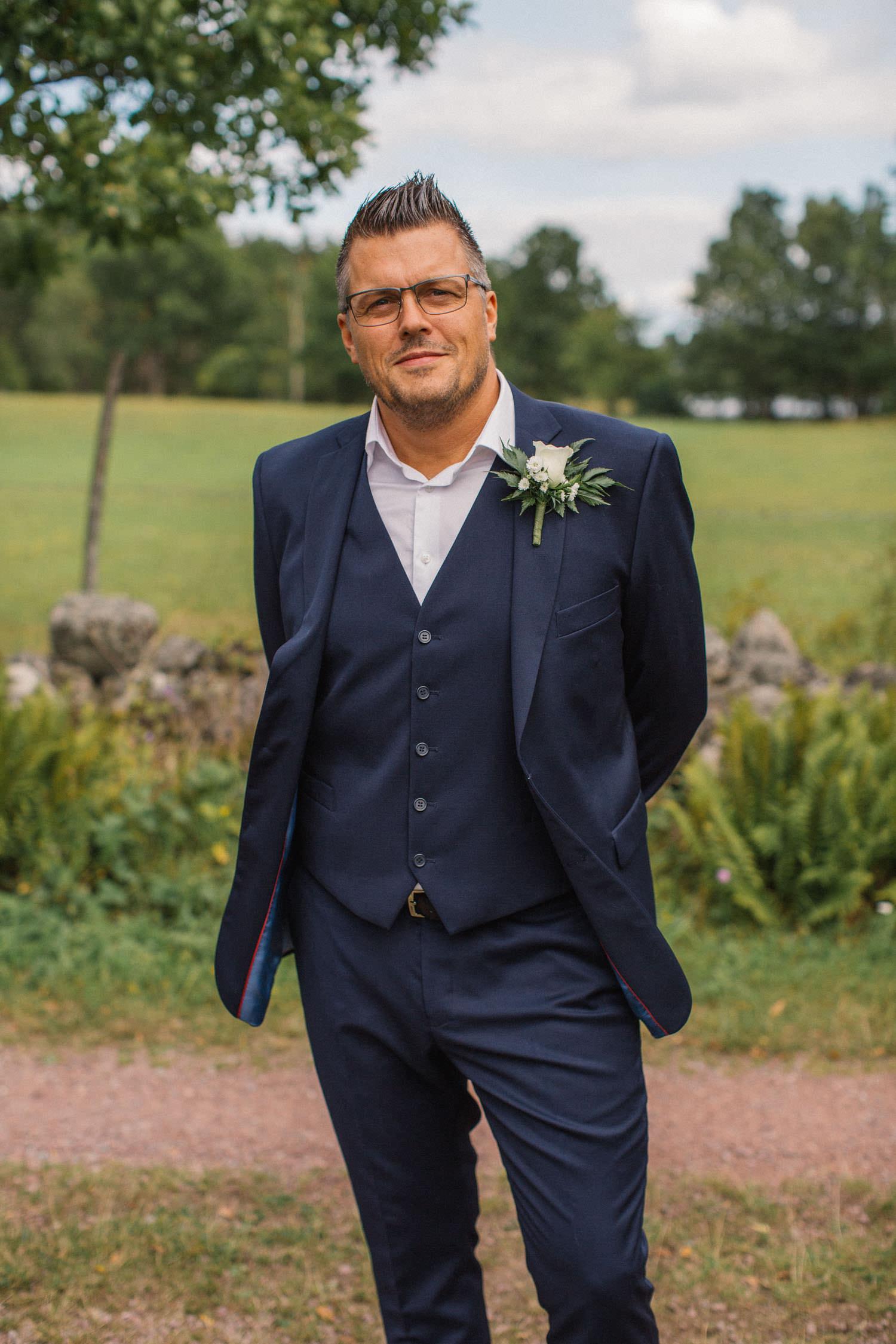 Porträtt på brudgum före bröllop. Kostymen kommer från Dressmann.