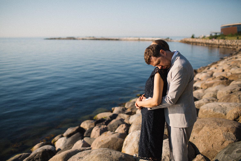 Fotografi i färg på brudpar som tittar ut över havet vid Utsiktspunkt Öresundsbron. Fotografen är Tove Lundquist, Malmö.