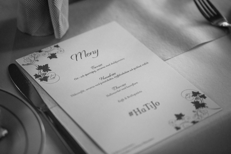 Svartvitt foto på meny under ett bröllop i Torpalängan, Smygehamn. Foto: Tove Lundquist.