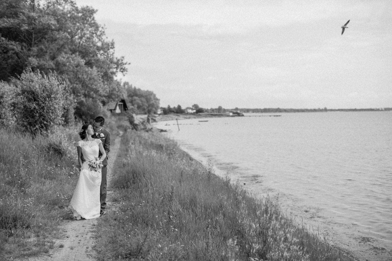 Porträtt på brudpar, Strandstråket i Lomma. Foto: Tove Lundquist, bröllopsfotograf i Skåne.