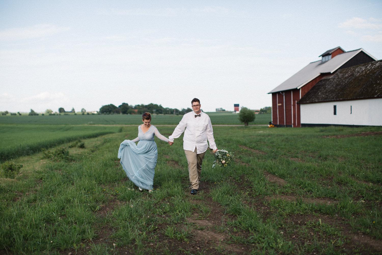 Brudporträtt, klänning kommer från SensibleM, miljövänlig fluga kommer från Metzerverket. Foto: Tove Lundquist, bröllopsfotograf Skåne. Plats är Stallgården Fuglie, Vellinge.