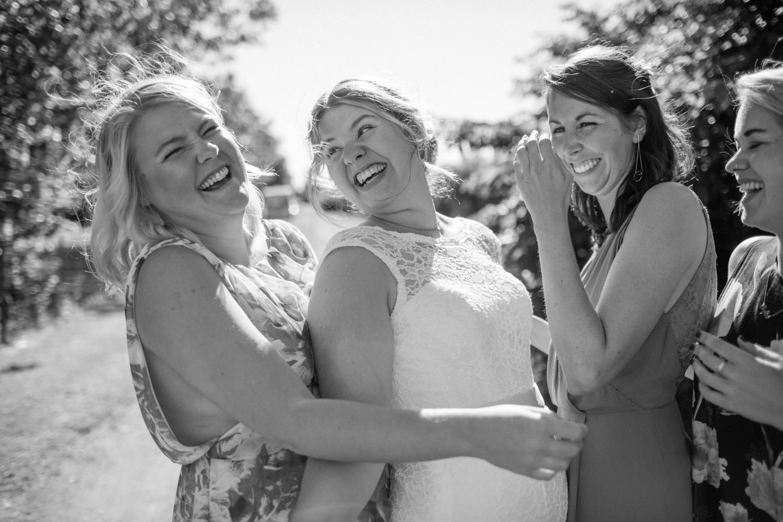 Busiga bilder på brud med sina brudtärnor, Smygehamn. Foto: Tove Lundquist, bröllopsfotograf Malmö.