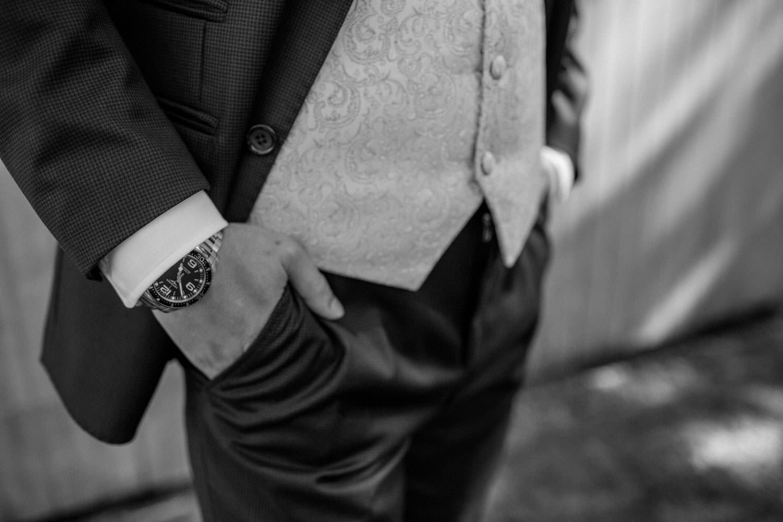 Svartvita bilder på brudgum. Kostym från J.Lindeberg. Väst, fluga och näsduk kommer från Splendor skrädderi i Borås. Foto: Tove Lundquist, bröllopsfotograf Malmö.