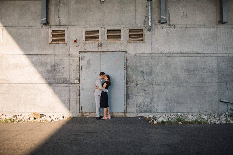 Urbana bilder på ett kramande par under en provfotografering vid Öresundsbron, Malmö.