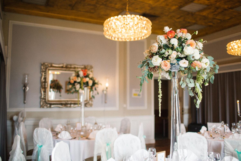 Bröllopsdukning i matsalen Tranchell på Örenäs Slott, Skåne. Florist är Gouteva, fotograf är Tove Lundquist, temat är mintgrönt.