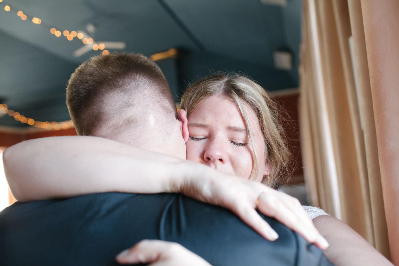 Brud kramar om sin bror under ett bröllop på Torpalängan, Smygehamn.