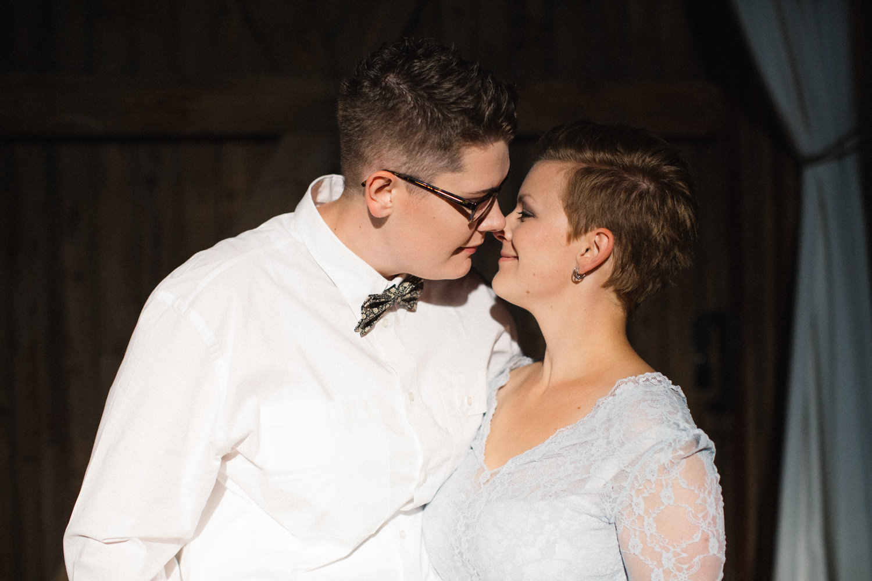 Bröllop i ladan på Stallgården. Foto: Tove Lundquist, bröllopsfotograf Skåne.