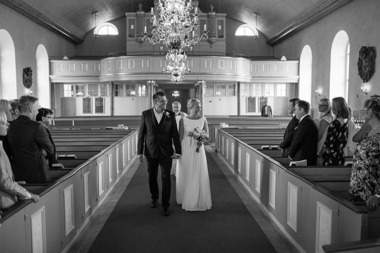 Ingång, brudpar går in i kyrkan.