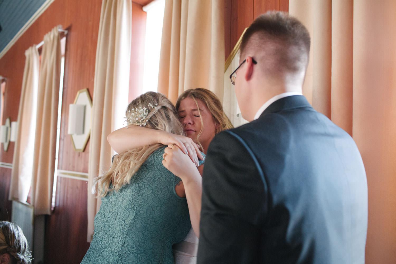 Brud kramar om sin syster under ett bröllop på Torpalängan, Smygehamn.