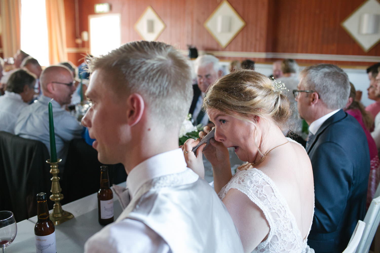 Brud gråter under ett bröllop på Torpalängan, Smygehamn.
