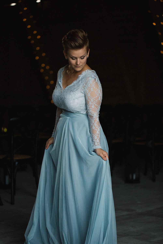 Tvådelad blå brudkläder - top och kjol från SensibleM. Brudporträtt i ladan, Stallgården Fuglie, Vellinge. Foto: Tove Lundquist, bröllopsfotograf Skåne.