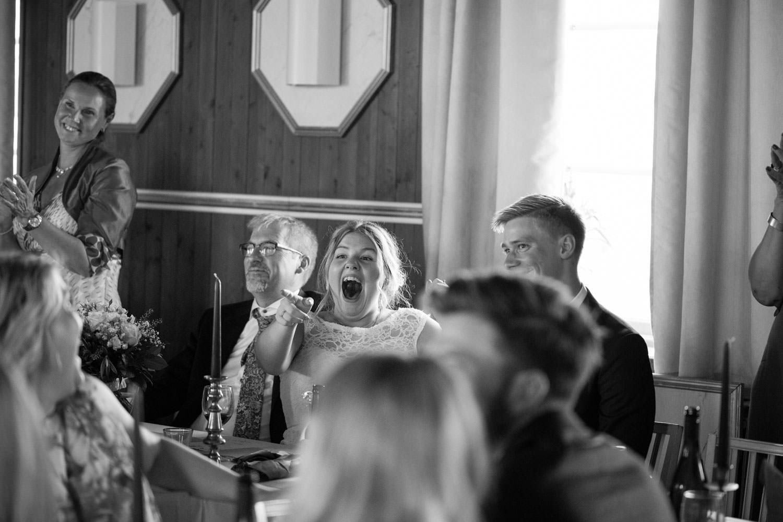 Brud skrattar under ett tal under ett bröllop på Torpalängan, Smygehamn. Foto: Tove Lundquist.