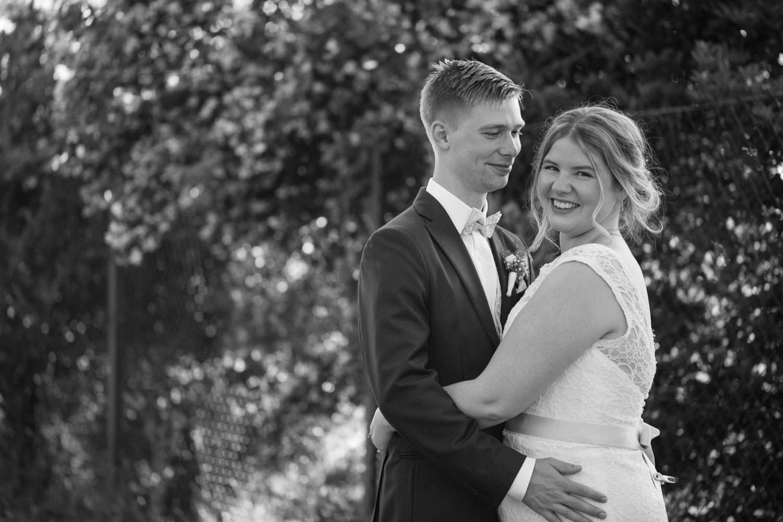 Bröllopsporträtt vid Smygehamn, Skåne. Brudklänning från Nicolai brudekjoler. Kostym från J.Lindeberg. Väst, fluga och näsduk kommer från Splendor skrädderi i Borås. Foto: Tove Lundquist, bröllopsfotograf Trelleborg.