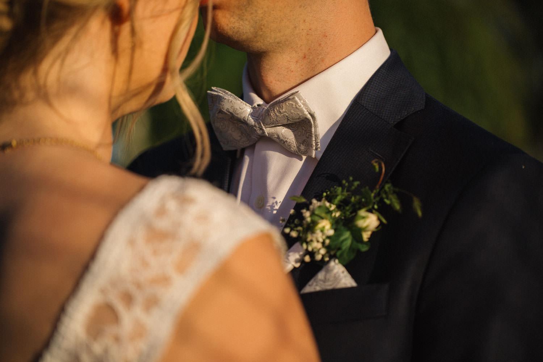 Kostym från J.Lindeberg. Väst, fluga och näsduk kommer från Splendor skrädderi i Borås. Florist är Strandblomman. Foto: Tove Lundquist, bröllopsfotograf Trelleborg.