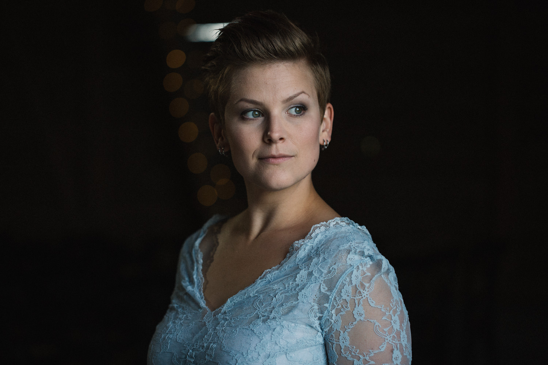 Tvådelad blå brudkläder - top och kjol från SensibleM. Brudporträtt i ladan, Stallgården utanför Vellinge. Foto: Tove Lundquist, bröllopsfotograf Skåne.