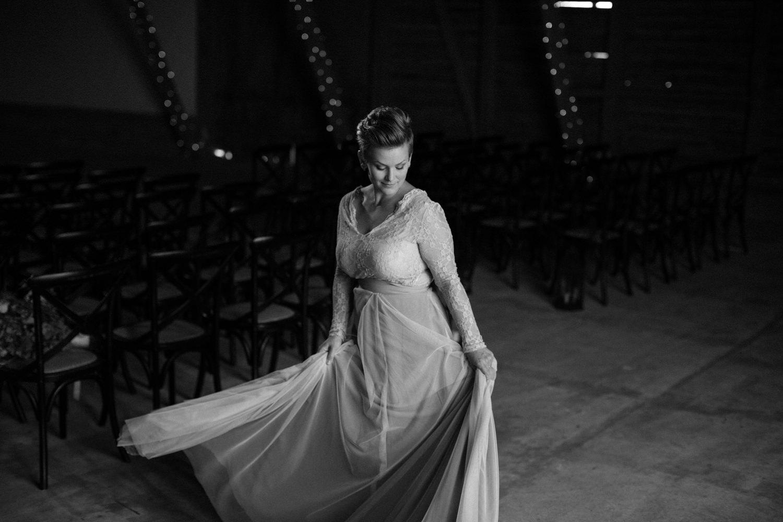 Svartvitt brudporträtt i ladan, Stallgården utanför Vellinge i Skåne. Tvådelad blå brudkläder - top och kjol från SensibleM. Foto: Tove Lundquist, bröllopsfotograf i Skåne.