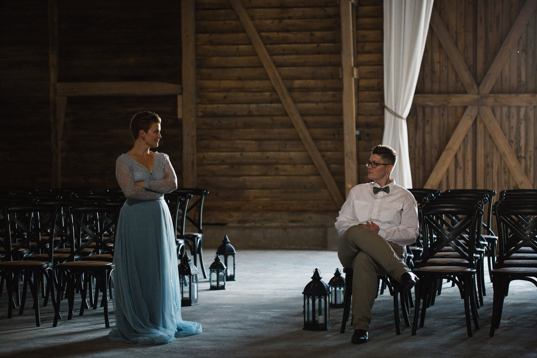 Bröllop i ladan, klänning från SensibleM, fluga från Metzerverket. Foto: Tove Lundquist, bröllopsfotograf i Skåne.