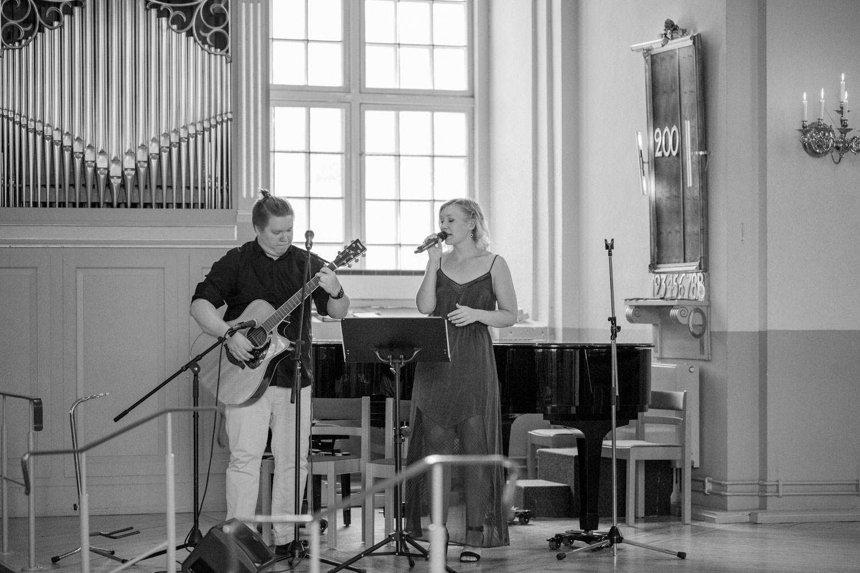 Elin Namnieks och Staffan Nilsson sjunger under en vigsel i Mönsterås Kyrka.