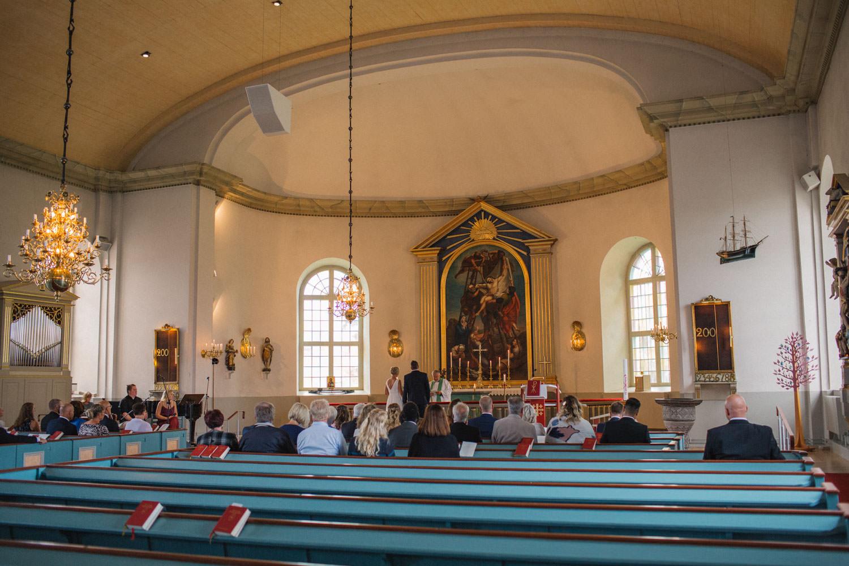 Brudpar gifter sig i Mönsterås kyrka. Brudens klänning kommer från Sofia Moore. Brudgummens kostym kommer från Dressmann.