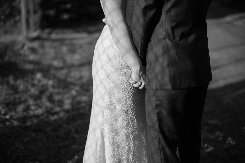 Bröllopsporträtt under ett destinationsbröllop i Smygehamn, Skåne. Väst, fluga och näsduk kommer från Splendor skrädderi i Borås. Foto: Tove Lundquist, bröllopsfotograf Trelleborg. Brudklänning från Nicolai brudekjoler. Kostym från J.Lindeberg.