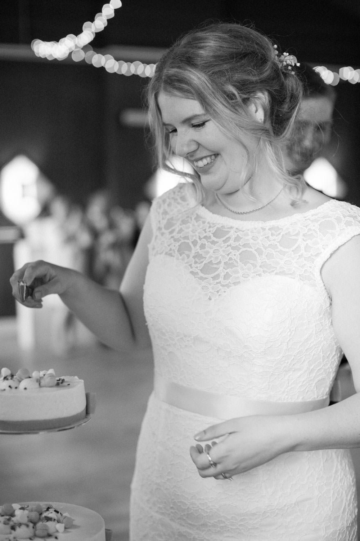 Brud skär upp tårtan under ett bröllop på Torpalängan, Smygehamn. Foto: Tove Lundquist.