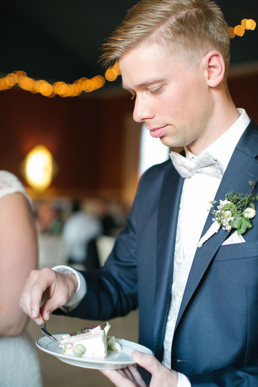 Brudgum skär upp tårtan under ett bröllop på Torpalängan, Smygehamn. Foto: Tove Lundquist.