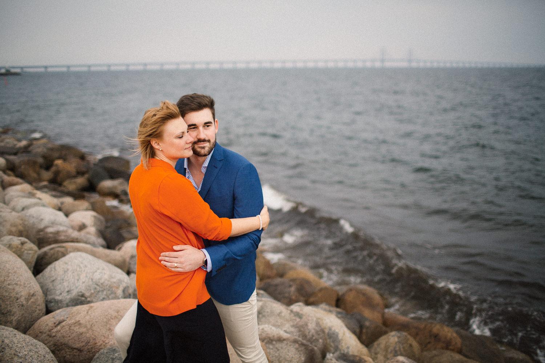 Kärleksfull bild från en parfotografering med förlovat par, Ön Limhamn i Malmö. Fotograf är Tove Lundquist.
