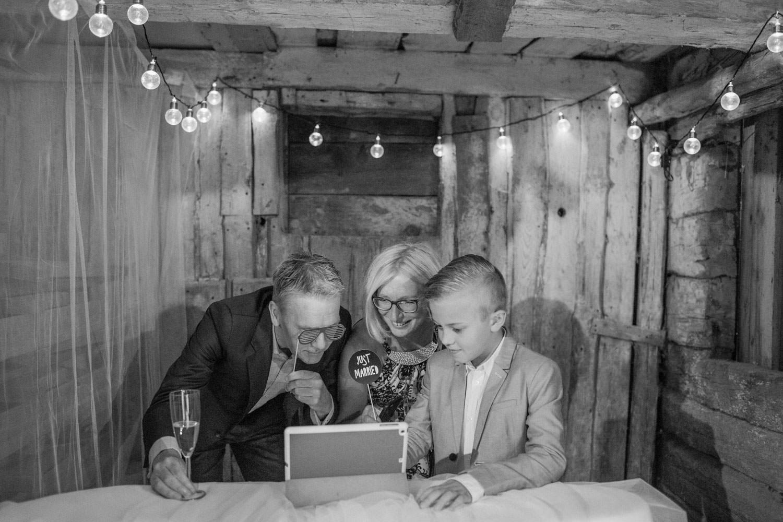 Brudpar och gäster har roligt i Photo Booth. Plats är Kaffetorpet Oknö, Småland.