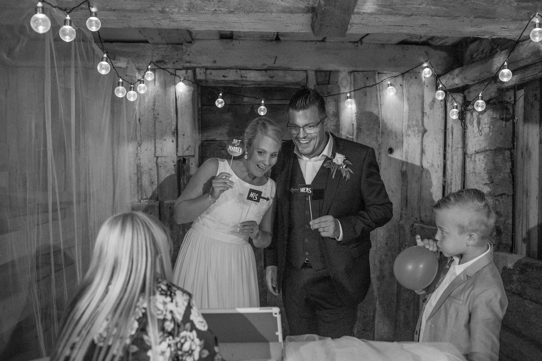 Är ni sugna på att ha ett fotobås på ert bröllop? Med ganska enkla medel kan ni skapa en mysig hörna där era gäster kan roa sig! Bröllopsfotograf Tove Lundquist tipsar om hur en enkelt kan bygga ett Photo Booth.