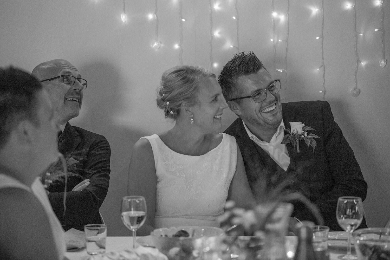 Brudpar skrattar under en bröllopsfest på Kaffetorpet Oknö utanför Mönsterås, Småland.
