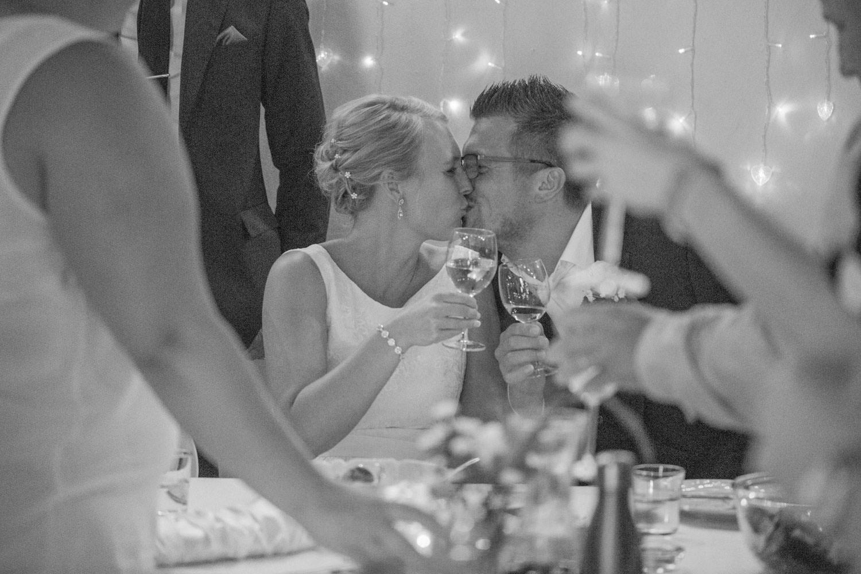 Brudpar kysser varandra under en bröllopsfest på Kaffetorpet Oknö utanför Mönsterås, Småland.
